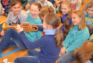 Das Ausprobieren der Instrumente macht den Kindern besonders viel Spaß.