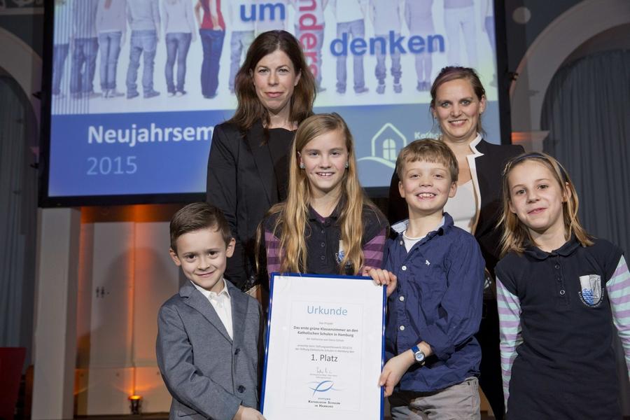 Stolz nimmt Frau Meyer-Marcotty  - gemeinsam mit Frau Gößling und 4 Kindern unserer Schule – die Urkunde für den 1. Platz entgegen.